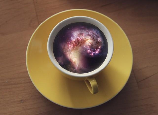 咖啡杯中的星河与海浪